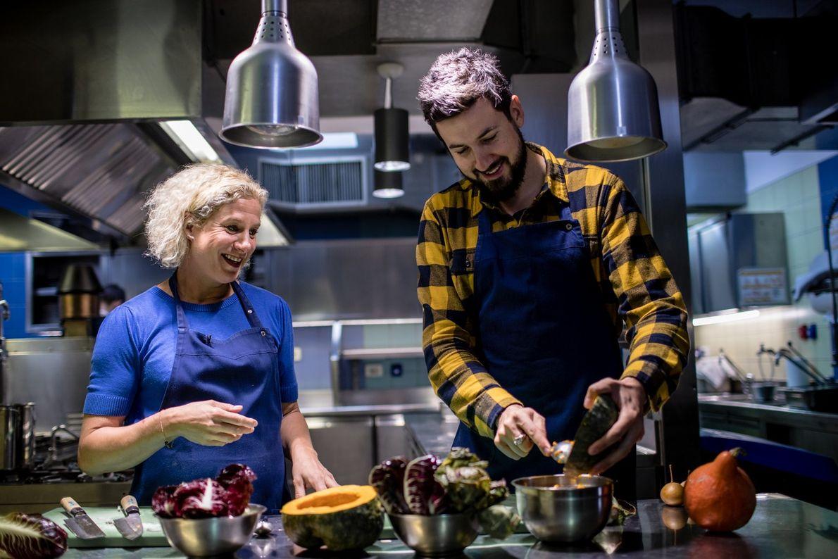 In der Küche ihres Restaurants Hiša Franko gibt Küchenchefin Ana Roš kulinarische Weisheiten an ihren Freund ...