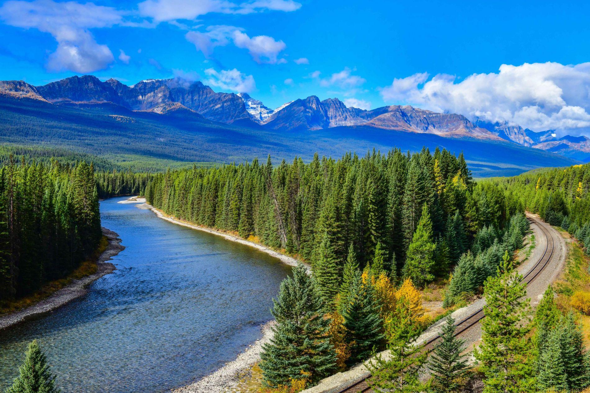 Taucht auf eurer Zugfahrt durch Alberta in die unglaubliche Landschaft des Banff-Nationalparks ein.
