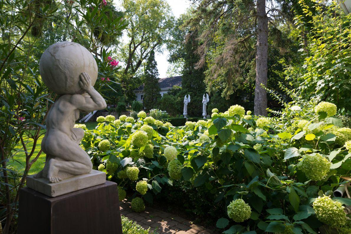 Blick auf die üppigen Gärten des Elora's White Garden.