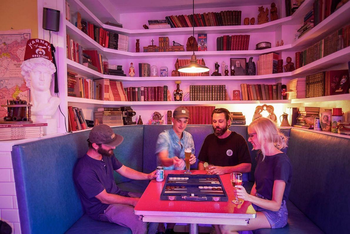 Im Ward 14 liefern sich Gäste bei einem Drink eine Partie Backgammon.