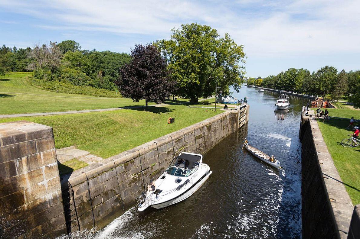 Dank des Schleusensystems können sowohl kleinere Gefährte wie Kanus als auch motorbetriebene Schiffe den Kanal passieren. ...