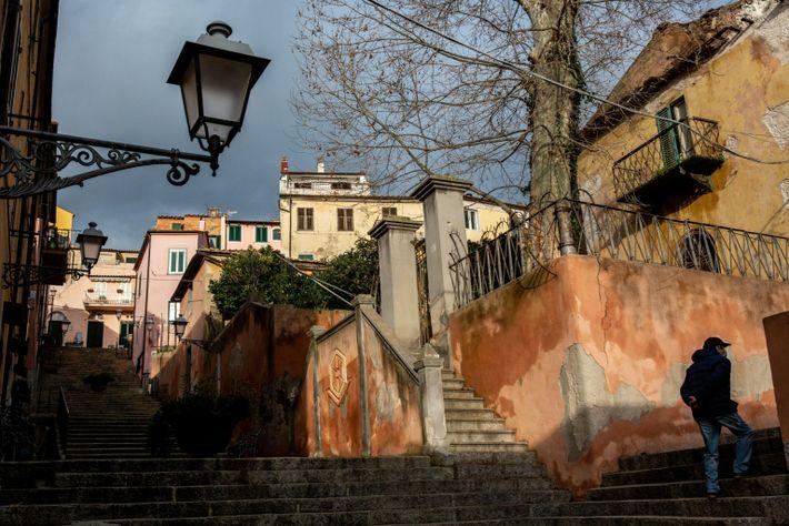 Im kleinen historischen Zentrum von Rio Marina auf der Insel Elba steht ein gelbes Gebäude, das ...