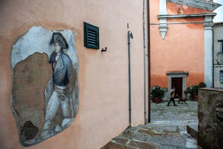 Ein Wandgemälde zeigt Napoleon Bonaparte auf dem Hauptplatz des kleinen Dorfes Marciana Alta auf der Insel ...