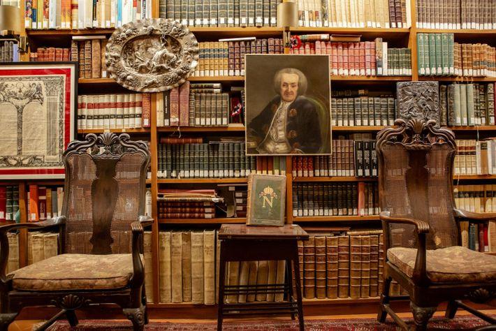 Die Bibliothek im Haus des ehemaligen italienische Premierministers Giovanni Spadolini in Florenz, Italien.