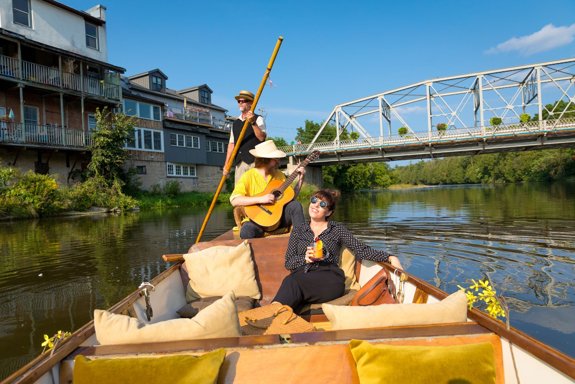 Rachel Ryle lässt sich in einem handgefertigten Flachboot über den Grand River gleiten und genießt eine ...