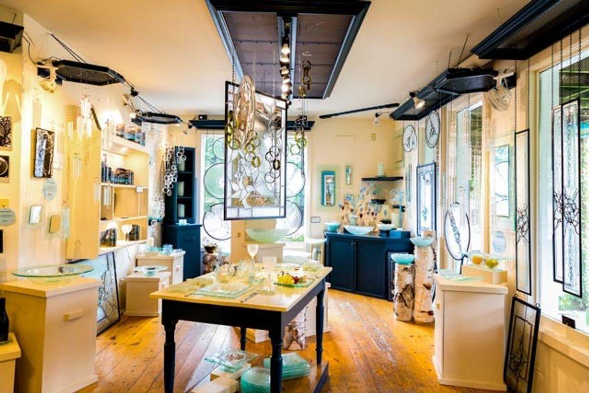 Im Atelier und Ladengeschäft von Hanscomb Glass finden Besucher Bleiglas-, Fusingglas- und Buntglasarbeiten.