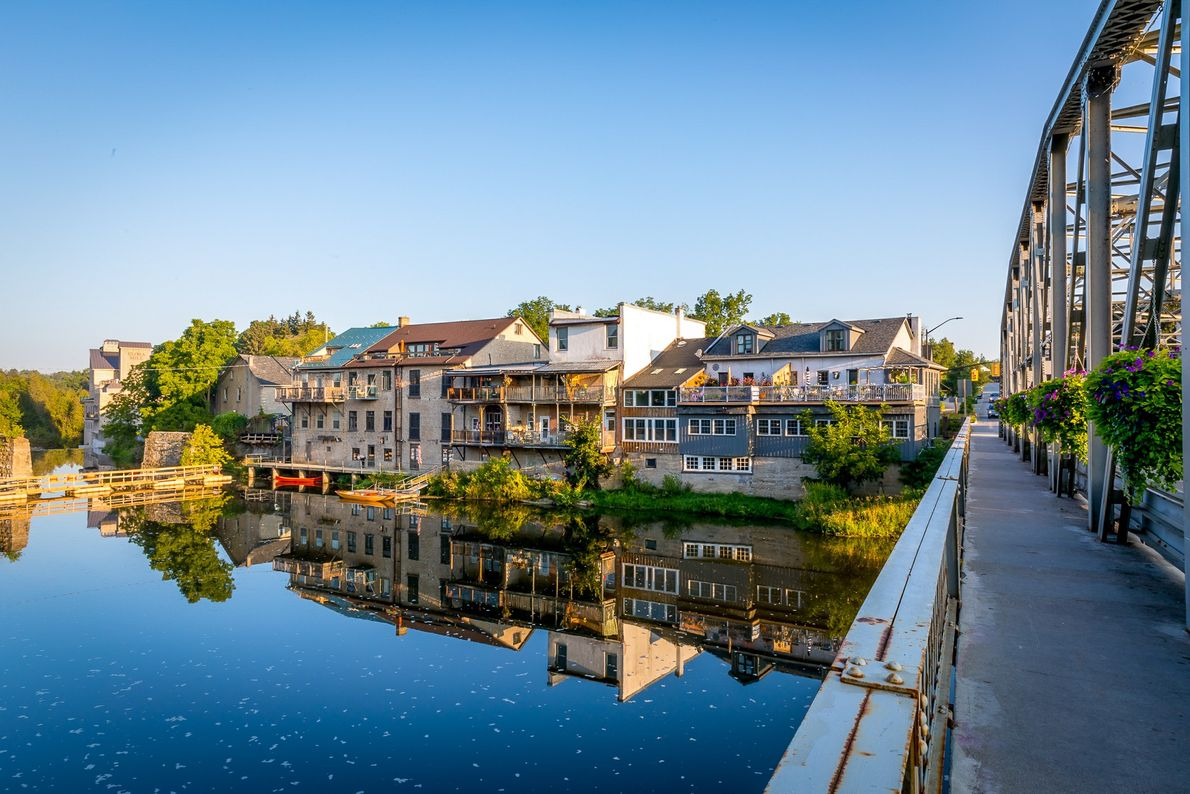 Blick auf die Mill Street von einer Brücke über dem Grand River in Elora.