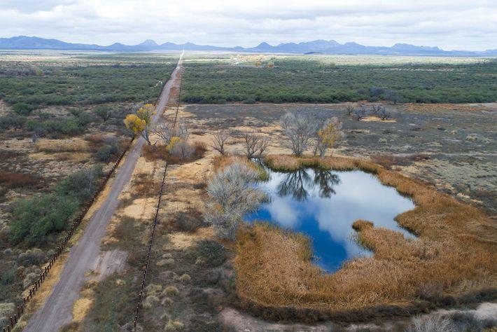 Eine Luftaufnahme des San Bernardino Wildlife Refuge im Jahr 2019. Die Fahrzeugsperre links im Bild wurde ...