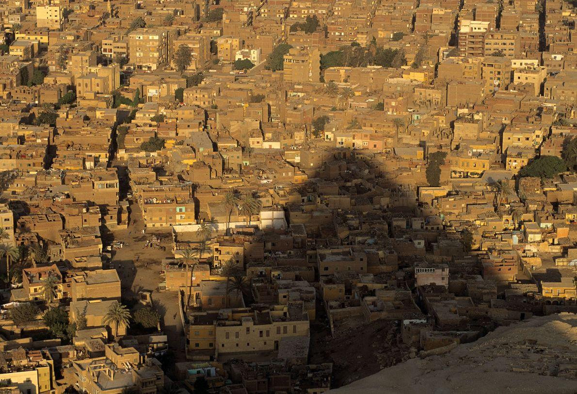 Eine der Pyramiden von Gizeh wirft ihren Schatten auf die Stadt.