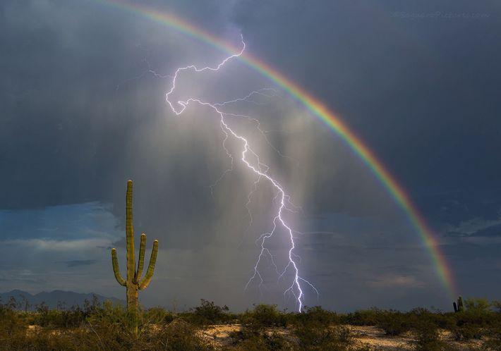 Regenbogen und Blitz in Marana