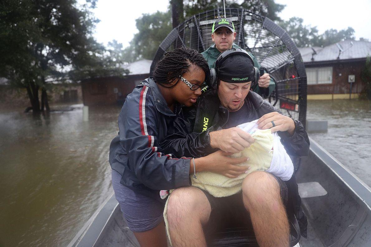 Junge Familie auf Sumpfboot