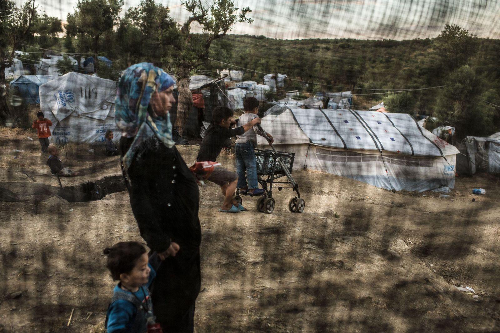 Seit dem Flüchtlingsabkommen zwischen der EU und der Türkei sitzen Tausende Menschen auf den griechischen Inseln ...