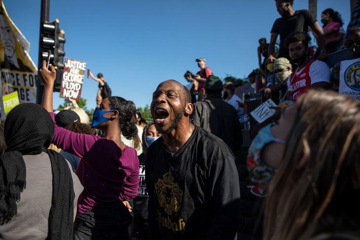Demonstranten versammeln sich um das 5. Polizeirevier in Minneapolis, dem Zentrum der Demonstrationen vom 29. Mai.