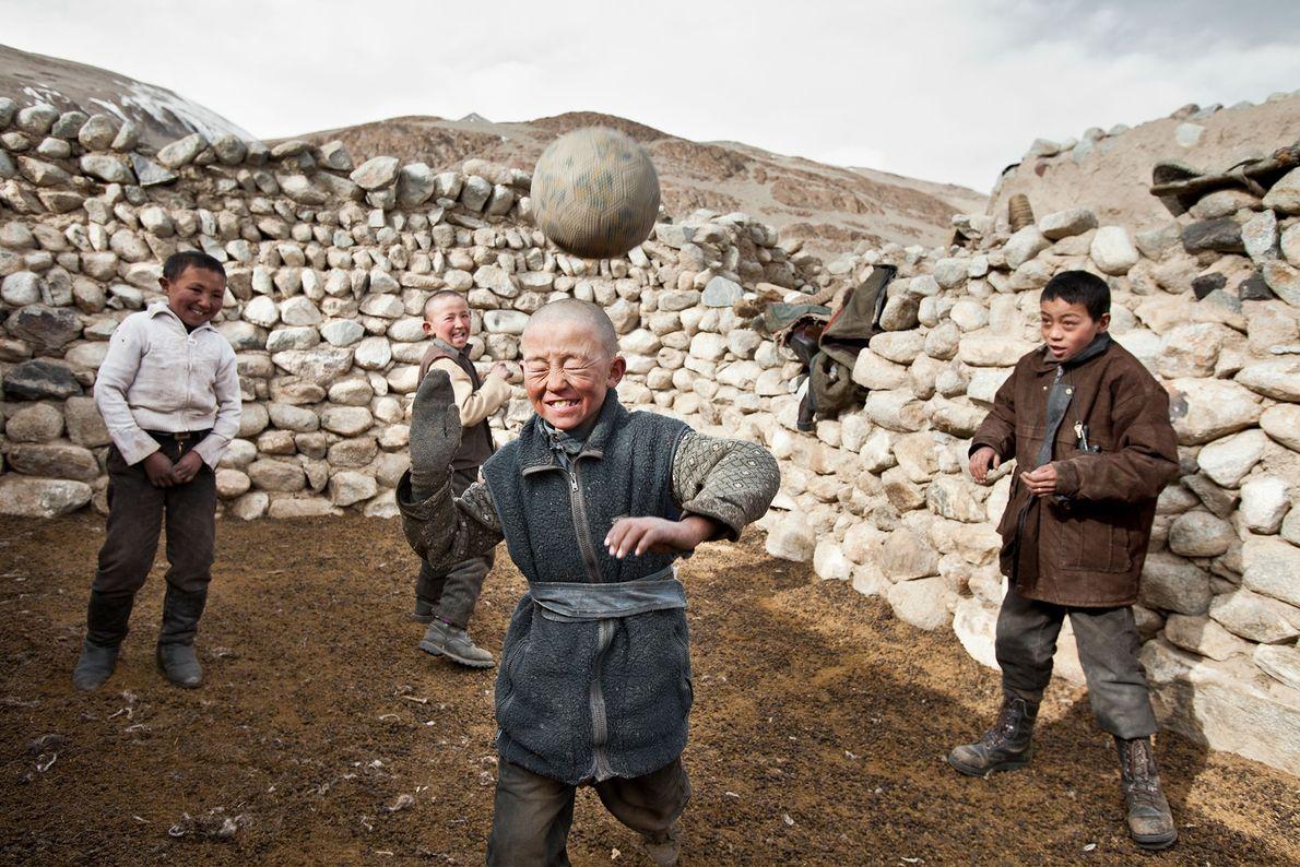Kirgisische Jungen spielen mit dem damals einzigen Fußball im Pamir in Wakhan, Afghanistan.