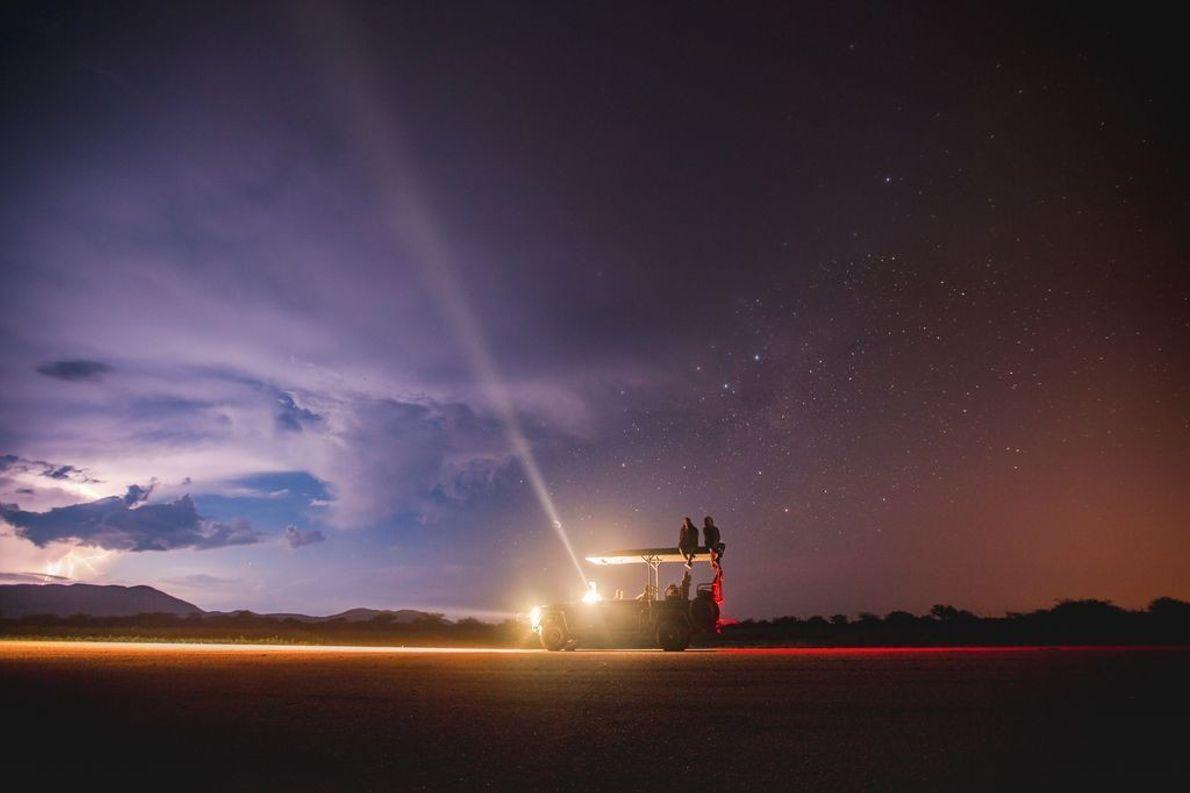 Nachthimmel und Personen