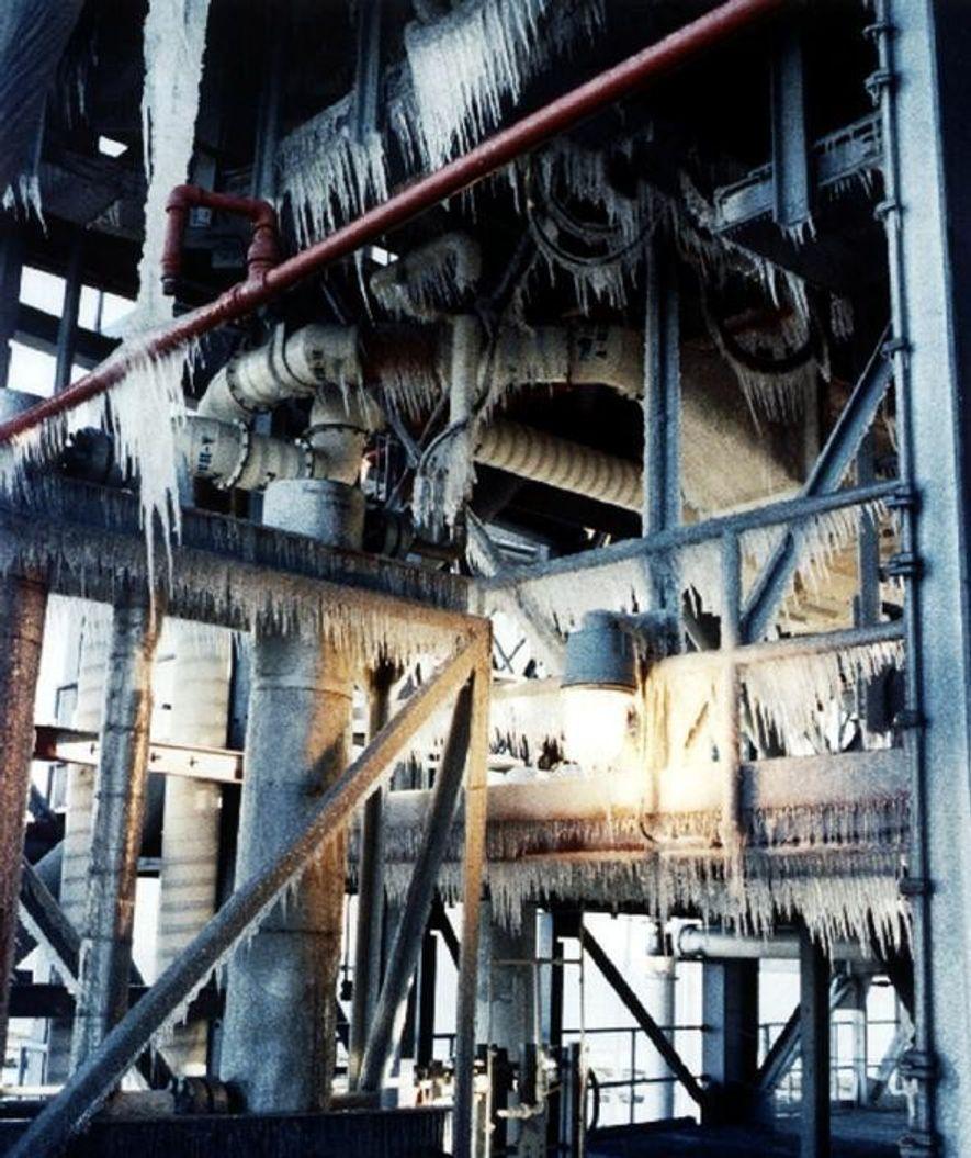 Eiszapfen hängen am Startturm des Kennedy Space Center in Florida. Die Aufnahme wurde während einer Inspektion ...