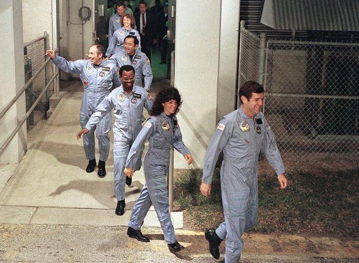 Sie siebenköpfige Astronauten-Crew des Space Shuttles Challenger lächelt für die Kameras. Auf diesem Bild vom Januar ...