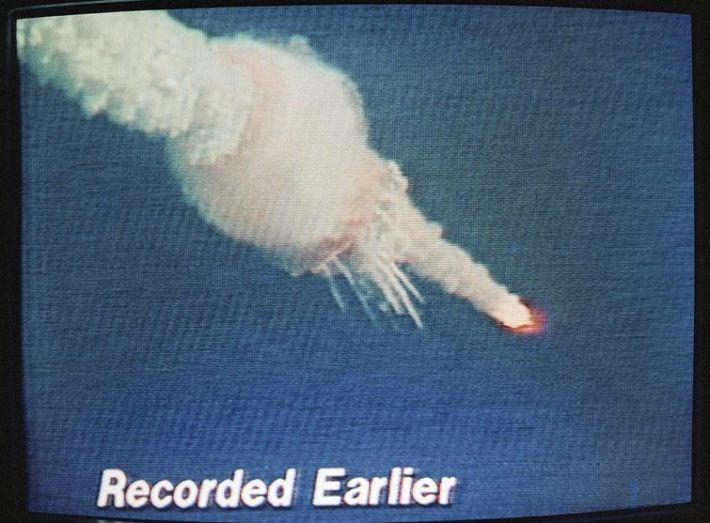 In den Stunden und Tagen nach dem Unglück wurden die Aufnahmen der Challenger-Katastrophe von den großen ...