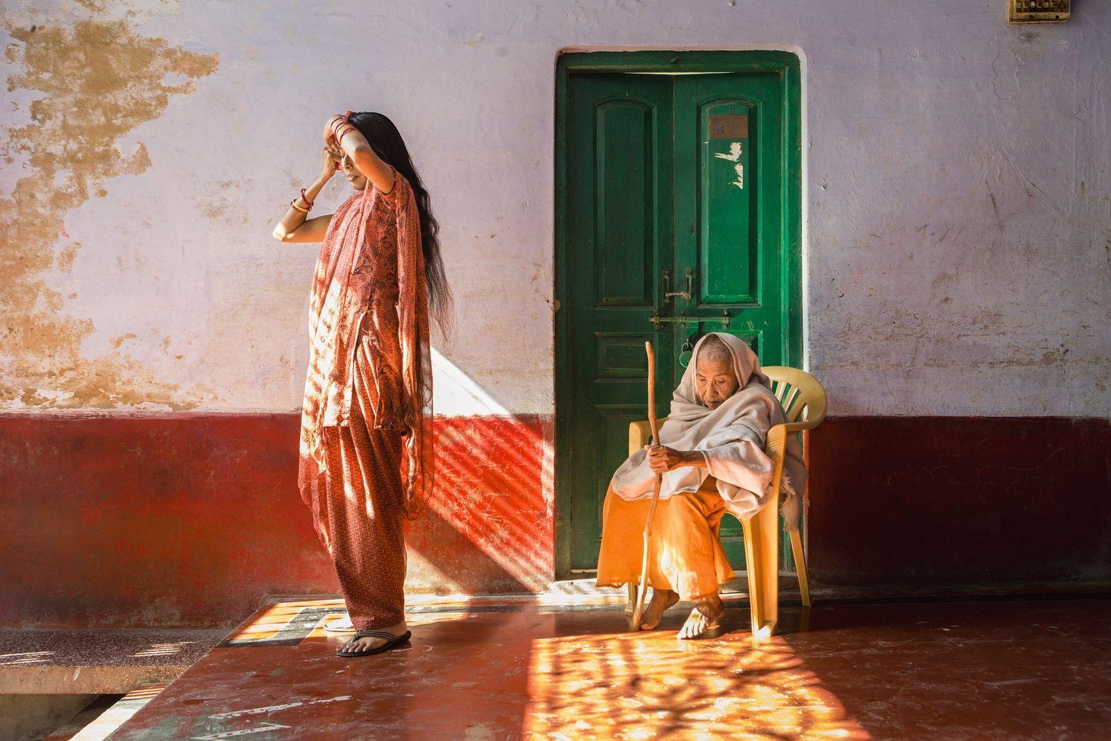 """In einer Zufluchtsstätte in Vrindavan, bekannt als """"Stadt der Witwen"""" trägt Lalita (rechts) die geschorenen Haare ..."""