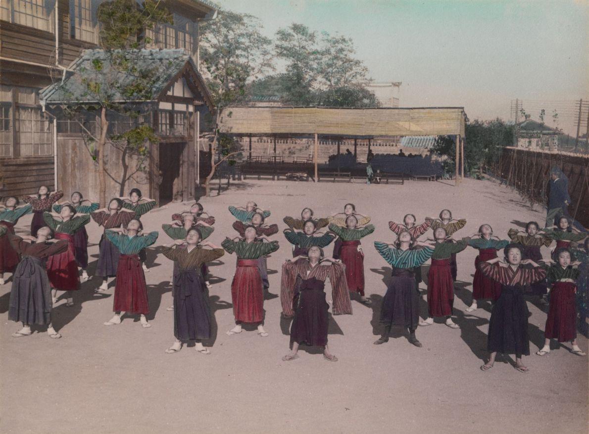 In der Mittelschule machen Mädchen während des Sportunterrichts Freiübungen.