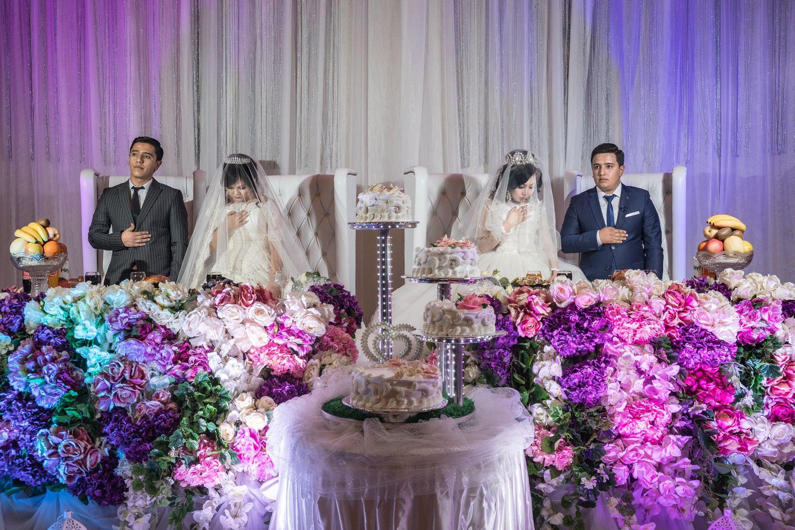 Zwei Brüder und ihre Bräute warten auf einem Standesamt in Tashkent, Usbekistan, auf ihre Hochzeit mit ...
