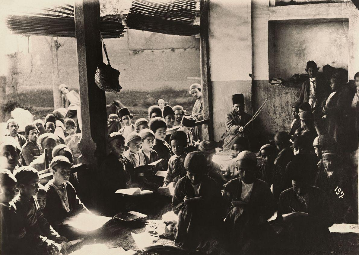 Persische Schüler unterbrechen ihren Unterricht für einen Moment, um in die Kamera zu blicken.