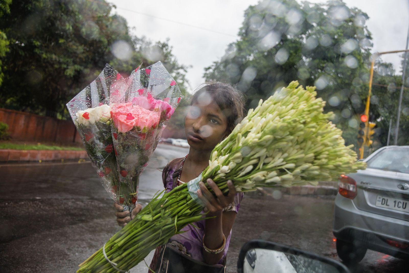 Aarti (9) läuft Gefahr, Opfer von sexueller Gewalt zu werden, während sie allein auf den regennassen ...