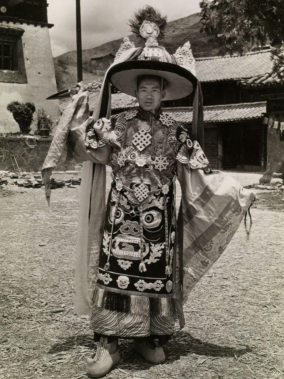 Der Haupttänzer, der in den 1920ern den Tanz des Schwarzen Hutes im chinesischen Yongning-Kloster aufgeführt hat, ...