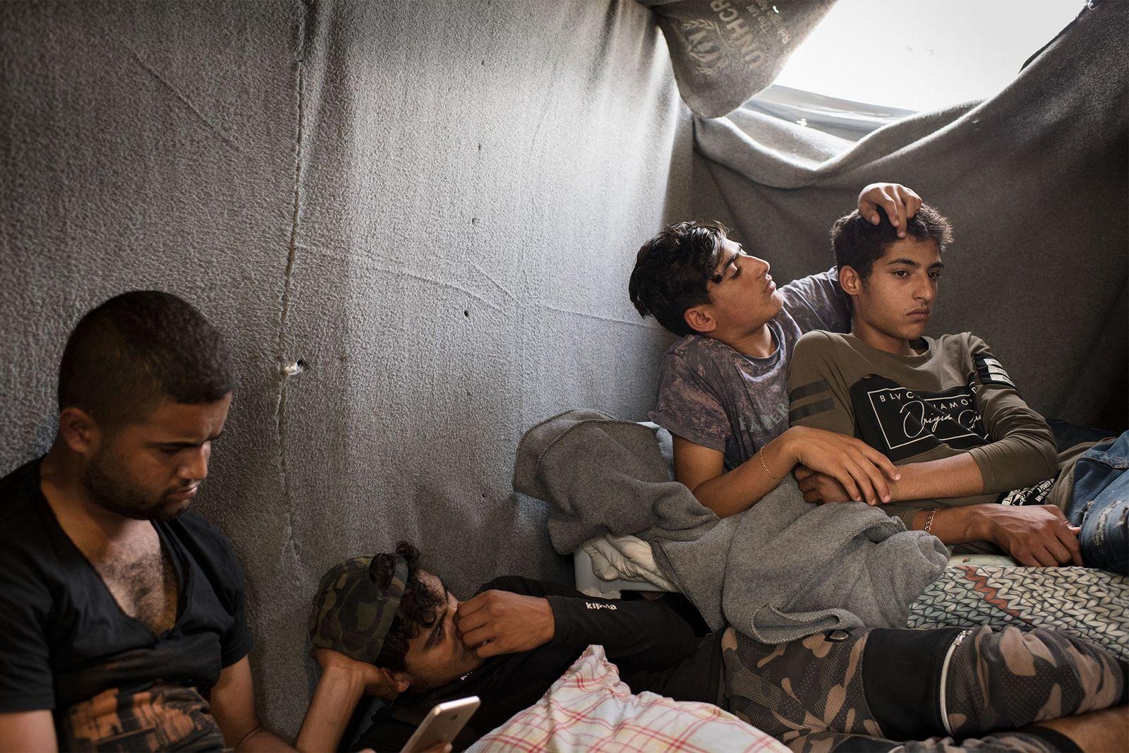 Junge Männer aus Syrien, die seit zwei bis sechs Monaten im Lager Olive Grove leben, suchen ...
