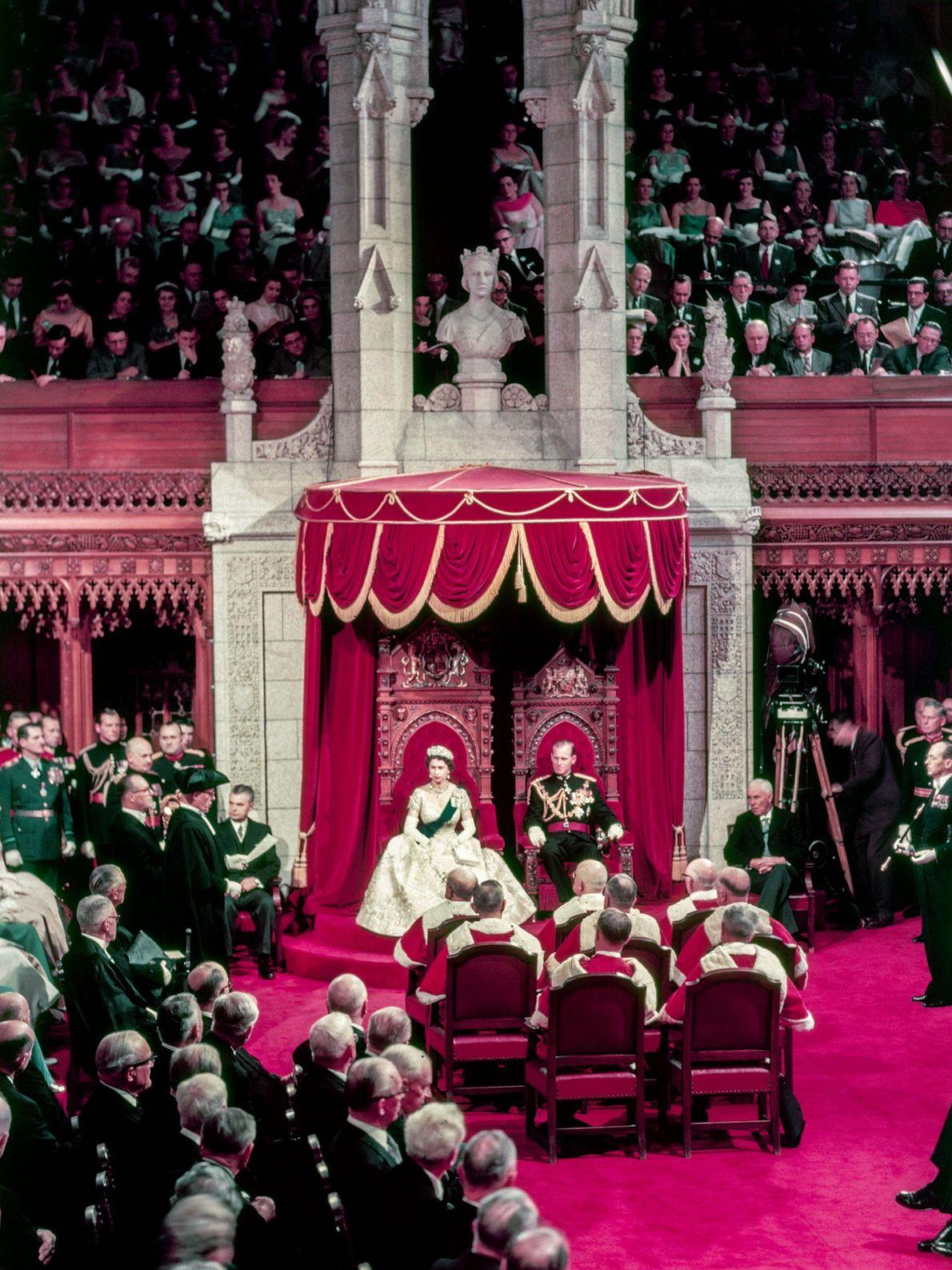 Königin Elisabeth II. eröffnet eine kanadische Parlamentssitzung in Ontario mit Prinz Philip an ihrer Seite. Die ...