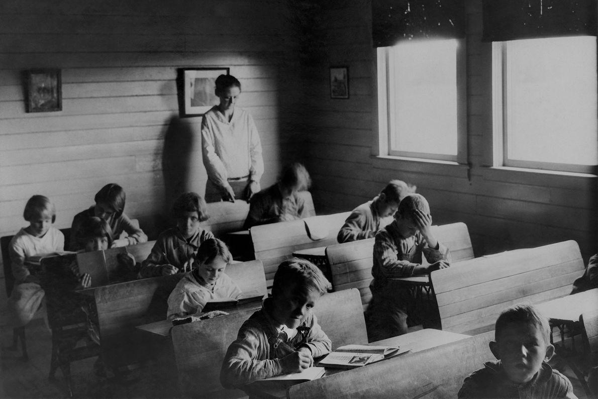 Kinder besuchen eine Dorfschule in der Nähe von Kopenhagen in Dänemark.