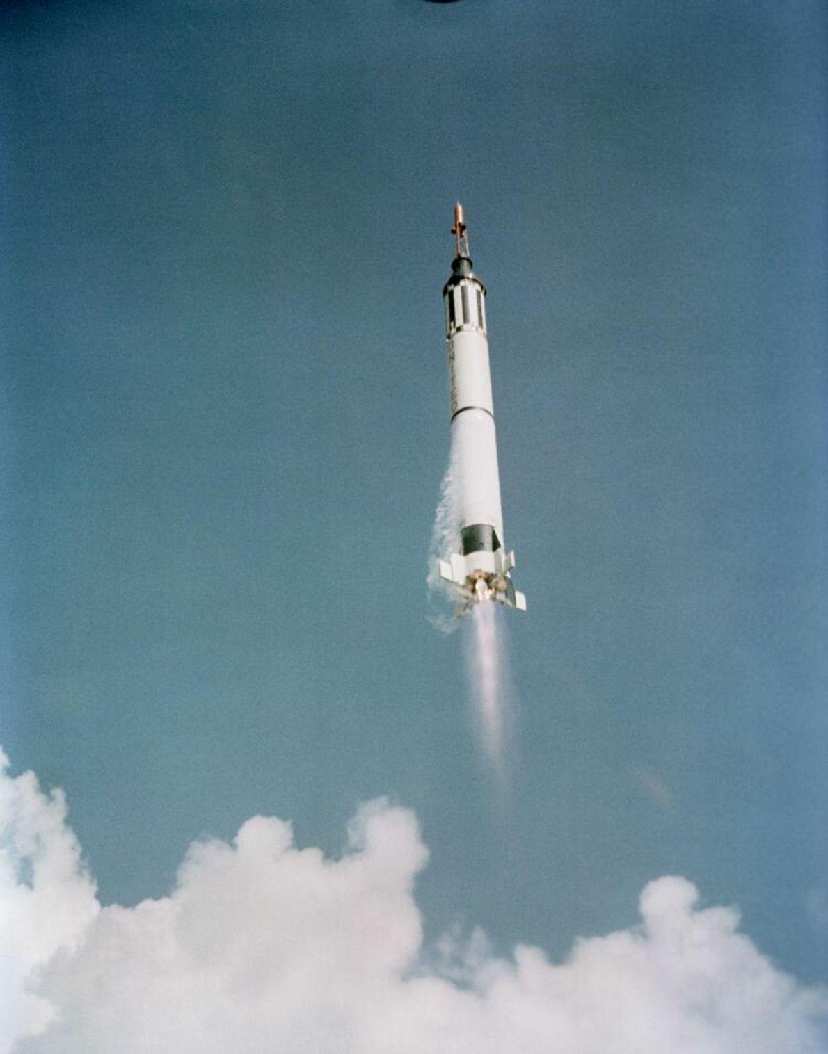 Alan Shepard startet in der Freedom-7-Kapsel auf der Mercury-Redstone 3 am 5. Mai 1961. Shepard wurde ...