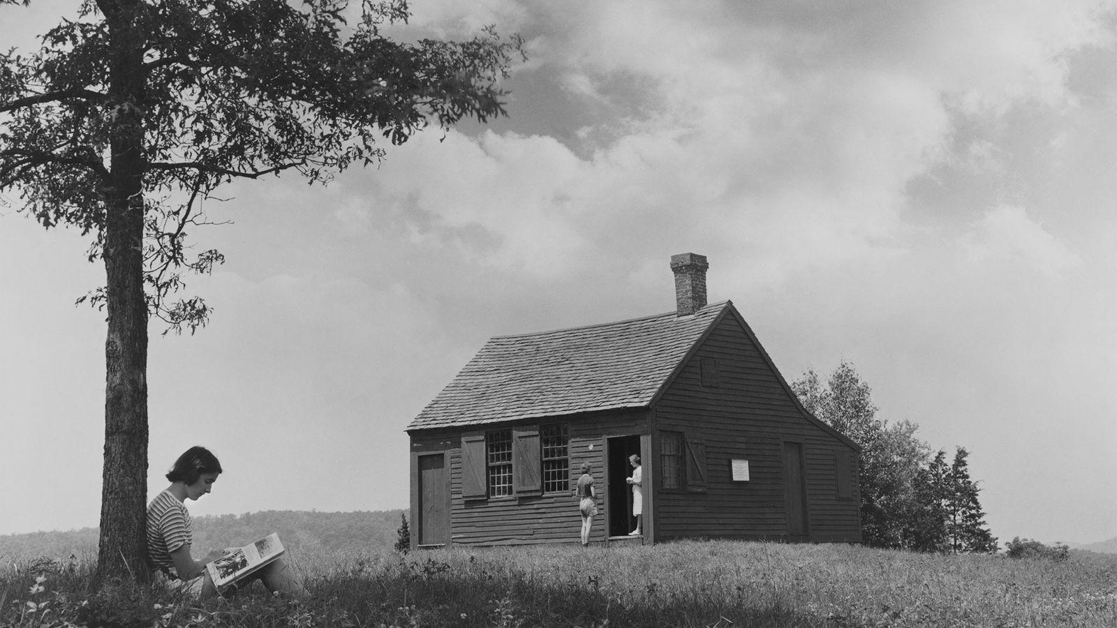 Ein Schüler liest vor dem Nathan Hale Schoolhouse ein Buch. Hale, ein Offizier im Unabhängigkeitskrieg, unterrichtete ...