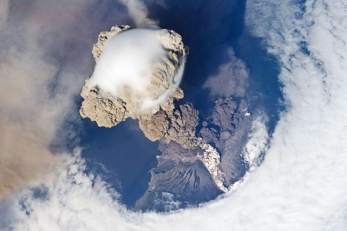 Dampfblase über dem Vulkan Sarytschew