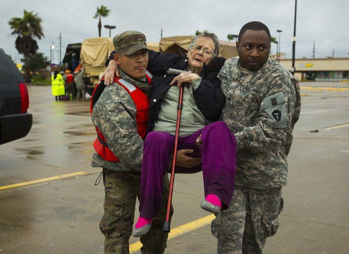 Nationalgarde trägt alte Dame