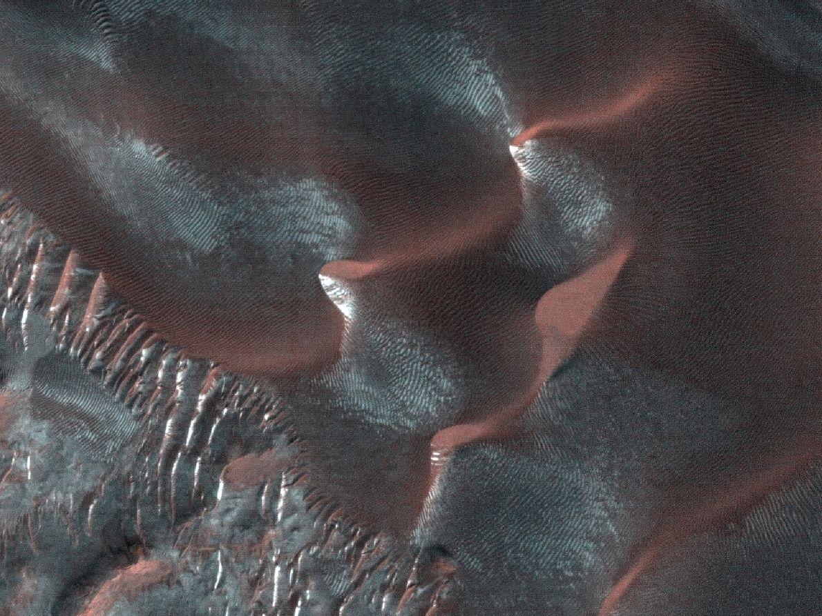 Nische, Kanal und Vorfeld auf einer großen Sanddüne