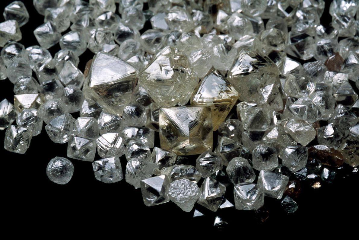 Tief im Erdmantel könnten sich unzählige Tonnen Diamanten befinden.
