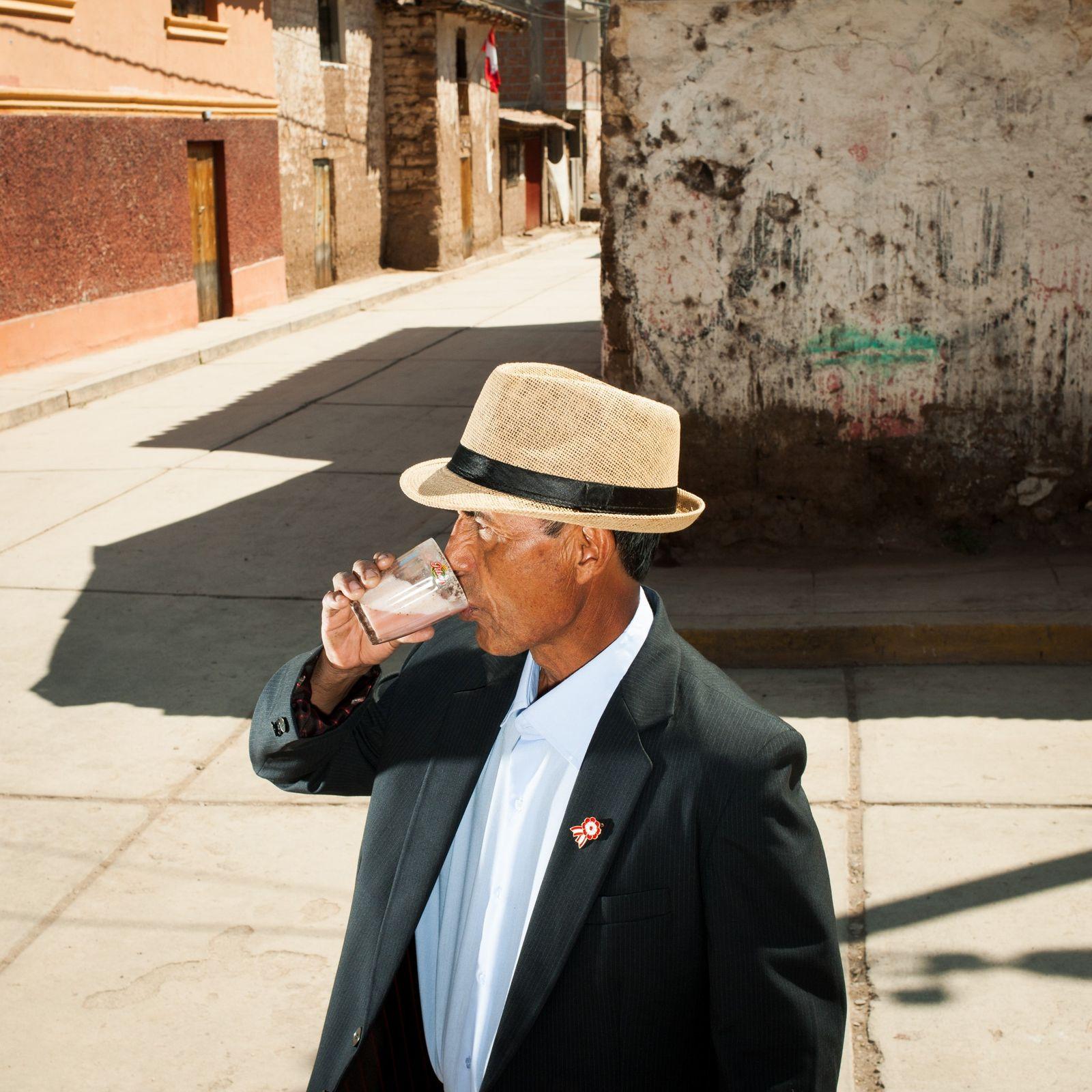 Vor einer chicheria in Lamay, Peru, im Heiligen Tal der Inka, trinkt Lucio Chávez Díaz ein ...