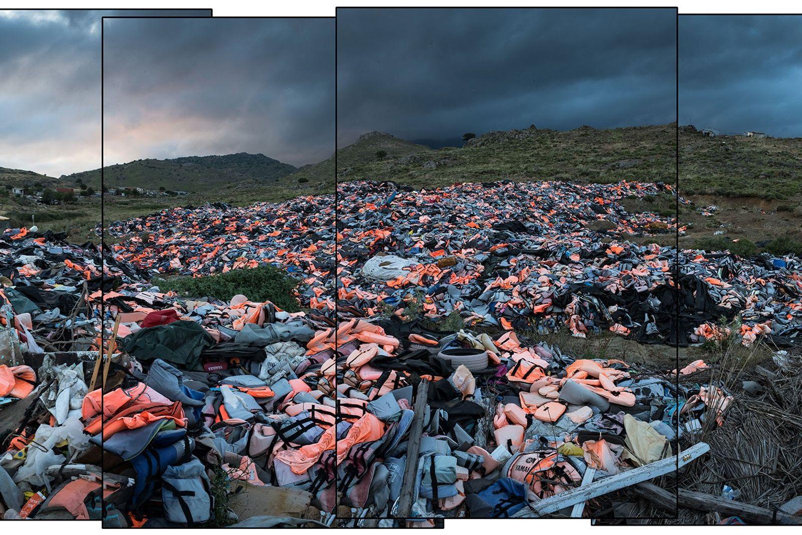 Tausende Rettungswesten, die von geflüchteten Menschen zurückgelassen wurden, werden auf der griechischen Insel Lesbos auf einer ...