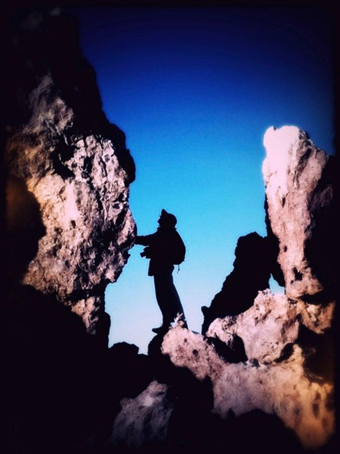 Frau auf Felsen, Baja California