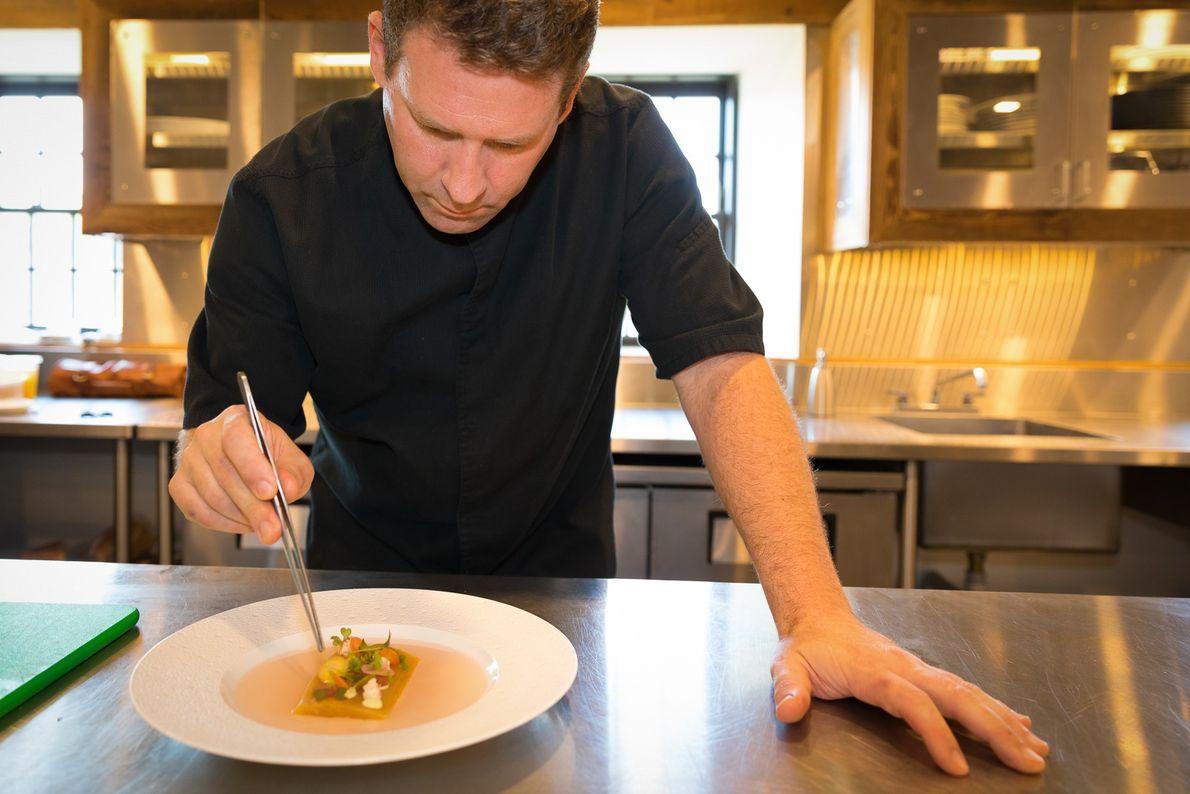 Der Chefkoch des Elora Mill Hotel & Spa, John Bakker, kreiert Gerichte mit frischen Zutaten aus …