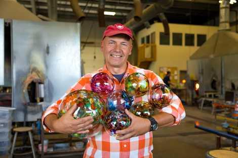 Das Kitras Glass Studio ist ein Familienbetrieb und die größte Werkstatt zur Heißglasverarbeitung in ganz Kanada.