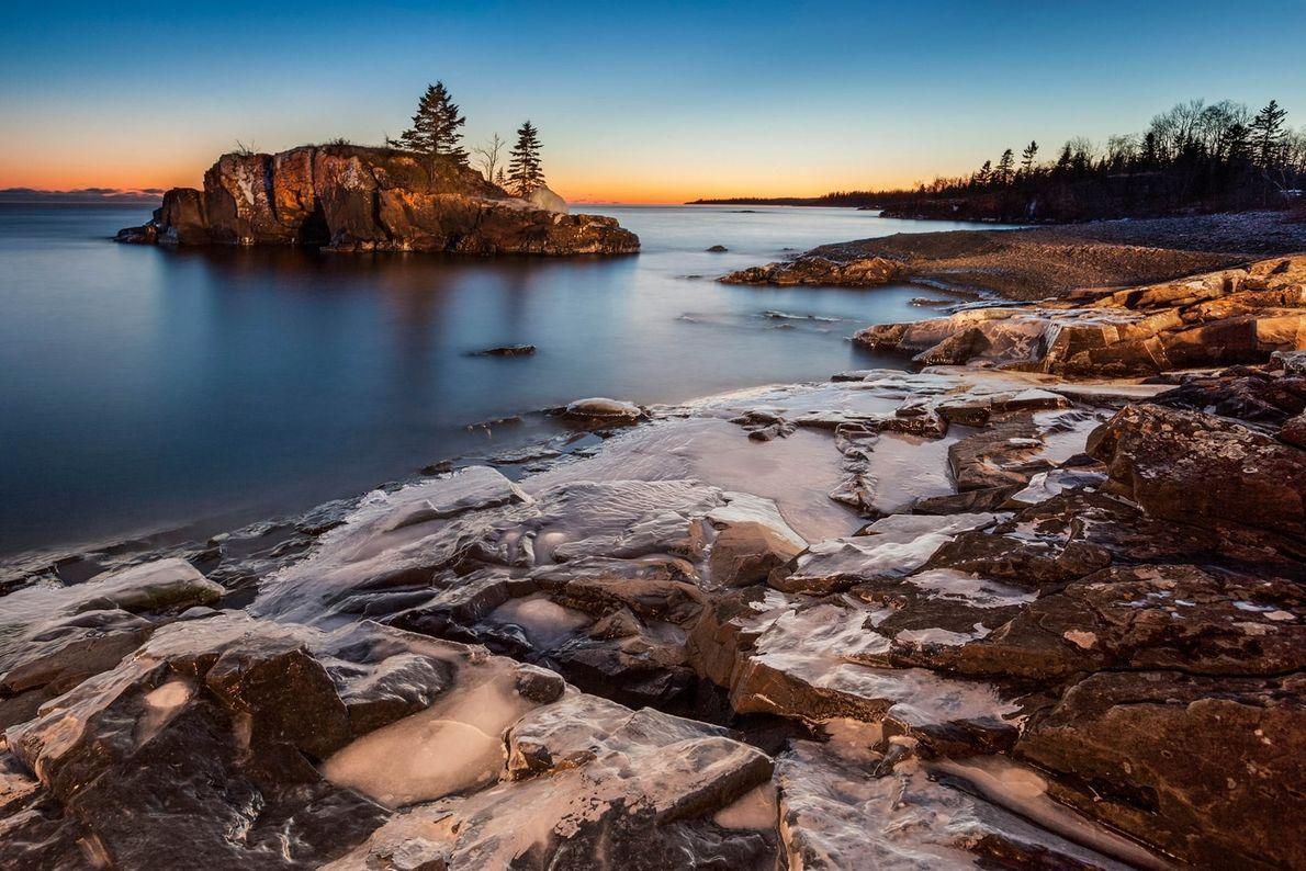 Sonnenuntergang über dem Lake Superior, Thunder Bay, Ontario. Zugreisende können die Vielfalt der kanadischen Landschaft erleben. ...