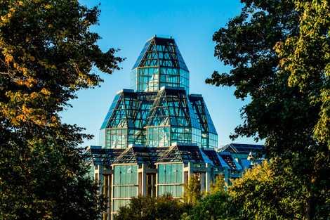 Der eindrucksvolle und preisgekrönte Glasbau der National Gallery of Canada mit seinen zwei achtseitigen Türmen.