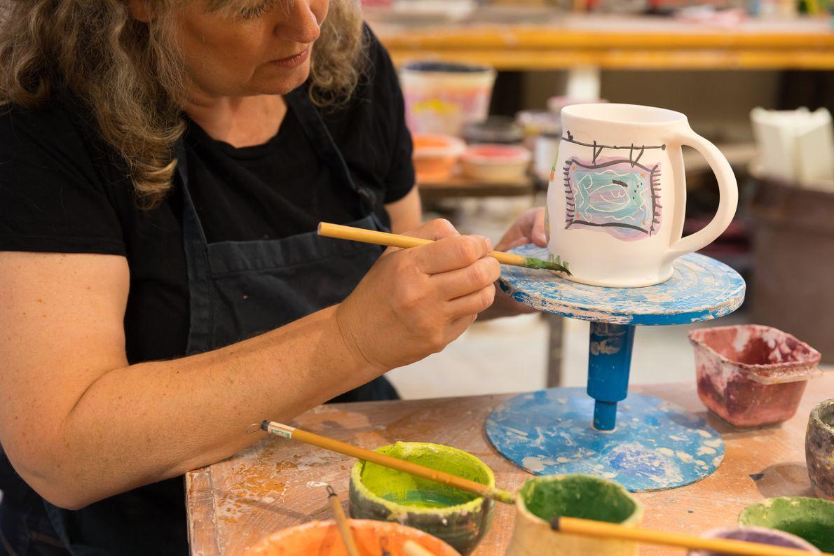 Staci Barron von Elora Pottery arbeitet in ihrem Atelier.