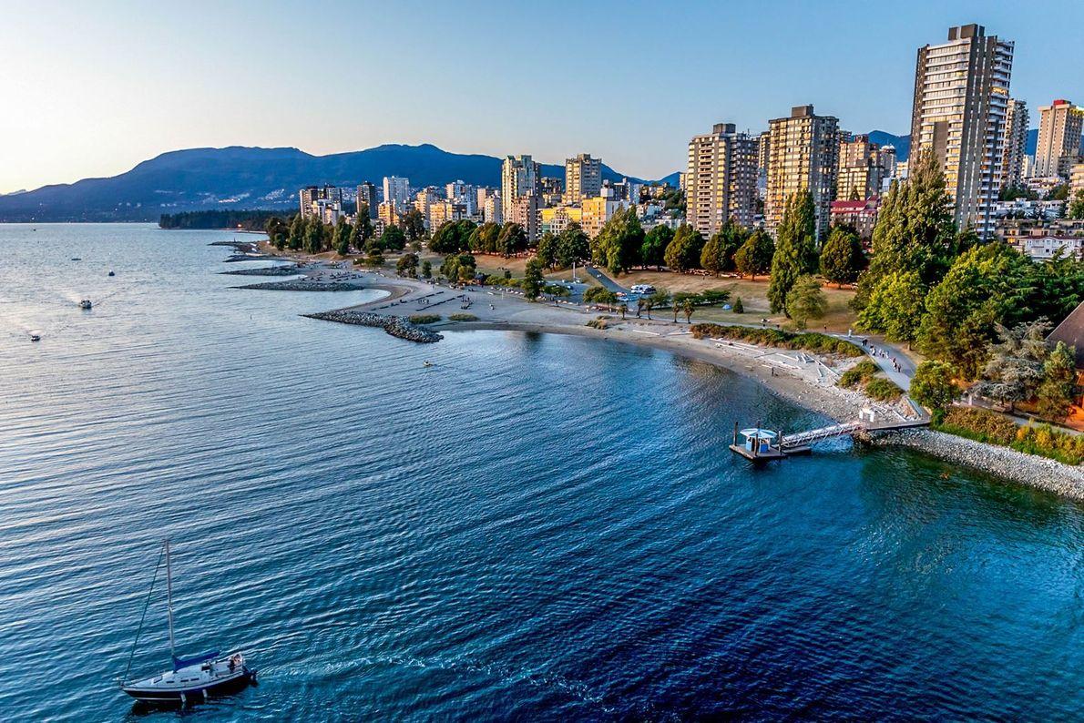 Blick auf die North Shore Mountains und die Skyline von Vancouver an der English Bay bei ...