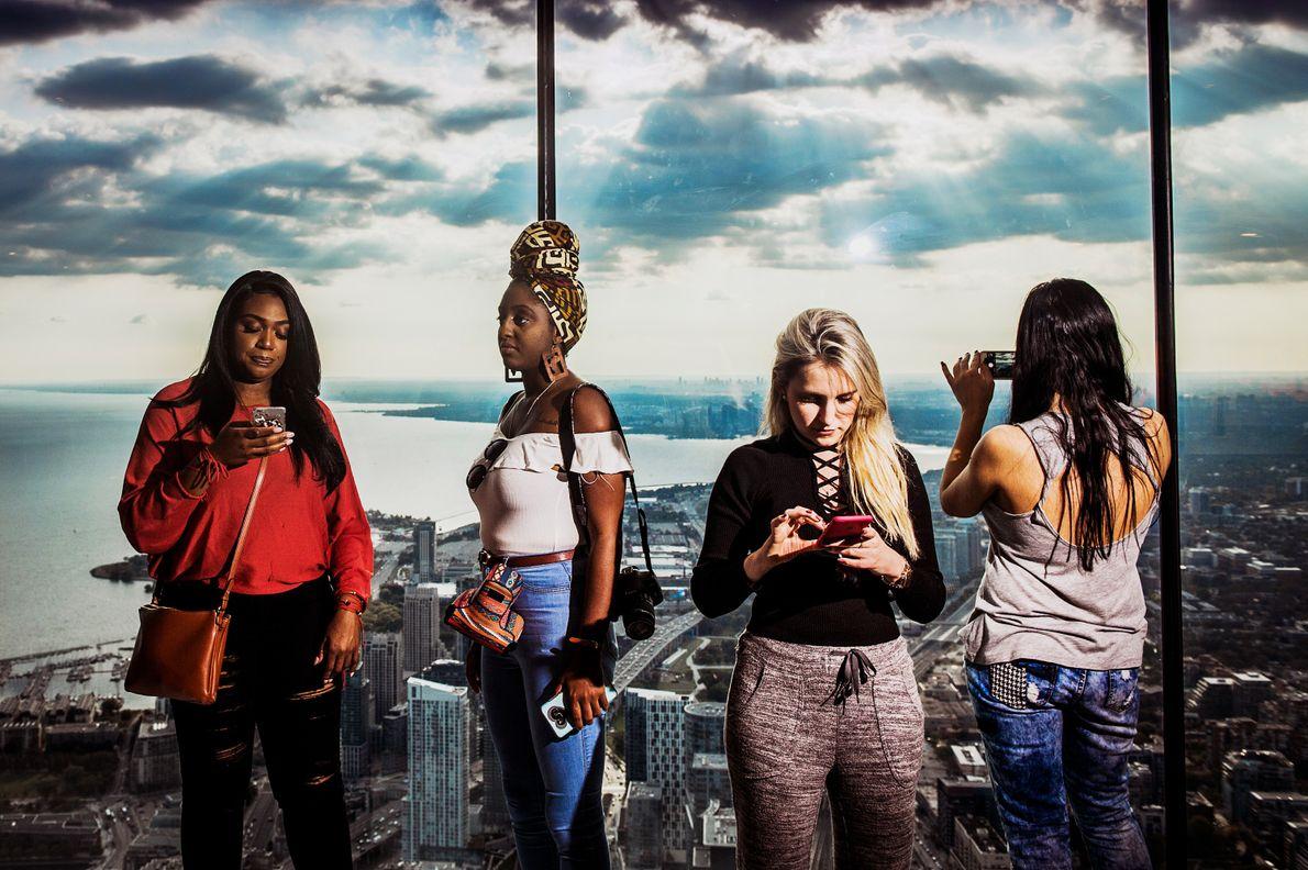 Touristen im CN Tower