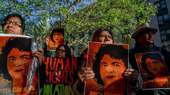 Umweltaktivisten versammelten sich vor dem Weißen Haus in Washington, D.C., um auf die im Jahr 2016 ...