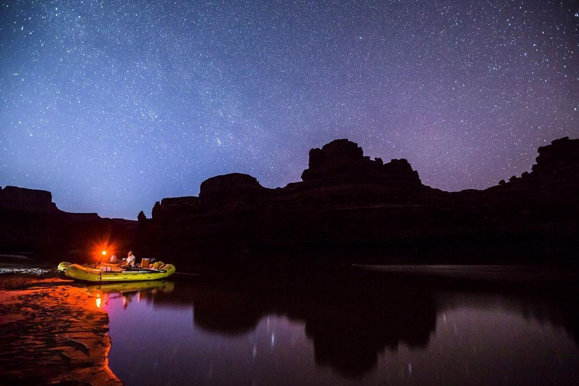 Schlauchboot am Ufer des Colorado River