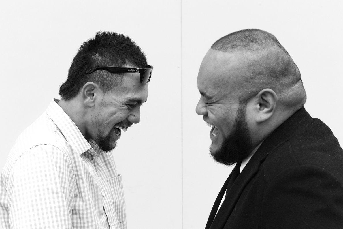 """""""Zwei Maori-Gentlemen sind nach einem Gottesdienst in Auckland glücklich und lachen über irgendwas"""", beschreibt der Your ..."""